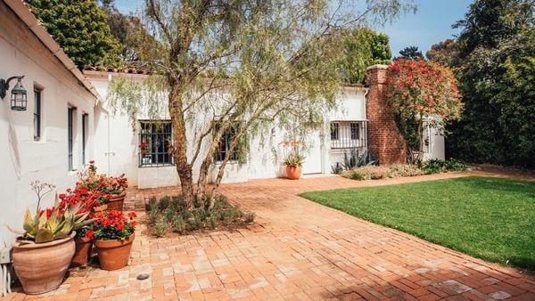 La casa de huéspedes está ubicada también en el jardín, independientemente de la casa principal (Mercer Vine)