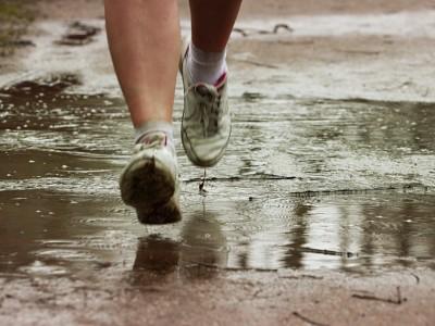 Correr bajo la lluvia.