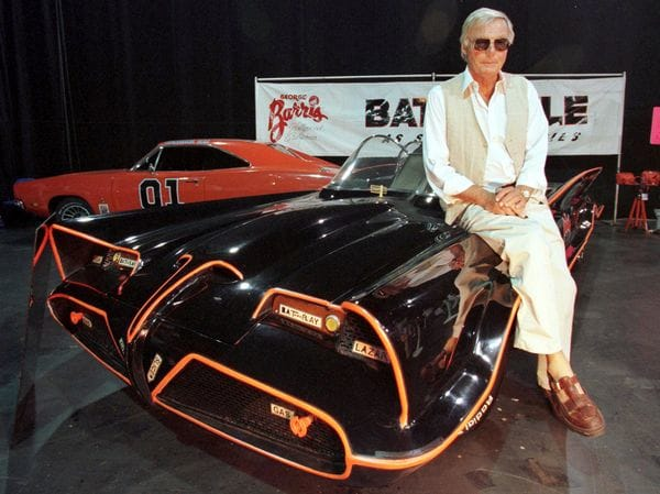 Adam West posando con el Batimóvil (Reuters)