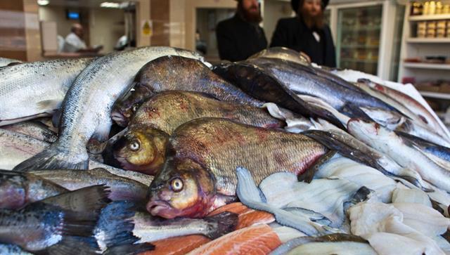 Los pescados son kosher si tienen escamas y aletas.