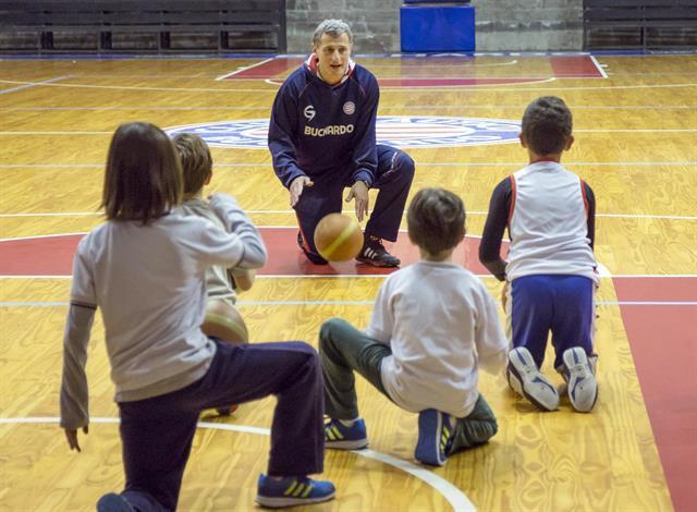 Guillermo Mizrahi es entrenador de básquet del grupo de niños del Club Náutico Buchardo