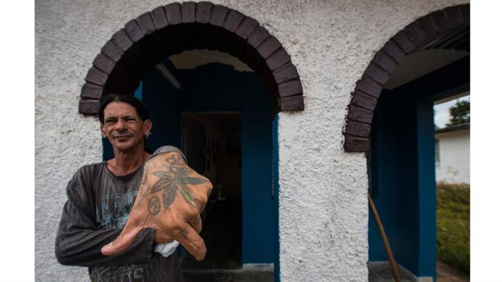 Gerson Govea muestra su mano tatuada en su casa, un antiguo sanatorio para pacientes con VIH en la provincia de Pinar del Río
