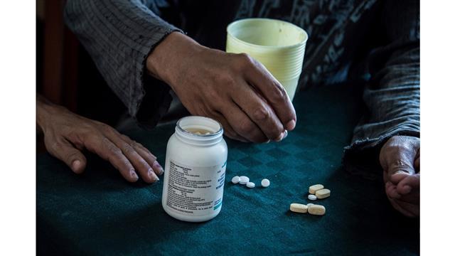 Gerson y Yohandra toman el coctel de medicinas contra el Sida en su casa de Pinar del Rio