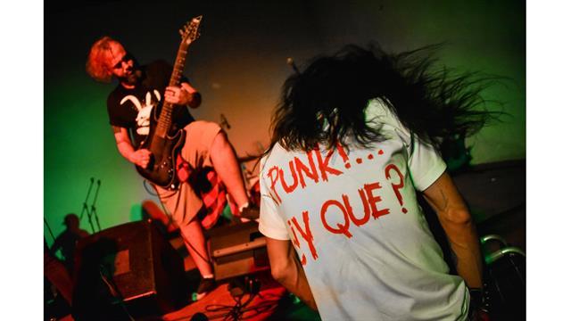 Gerson Govea baila en un concierto de hard rock en Pinar del Río