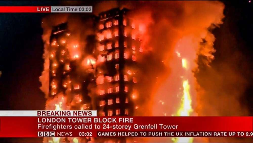 Bomberos luchan contra un incendio en rascacielos de Londres con vecinos dentro(videos)
