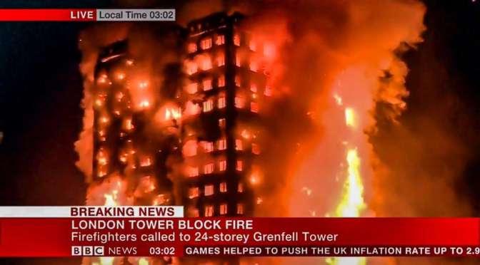 Bomberos luchan contra un incendio en rascacielos de Londres con vecinos dentro (videos)