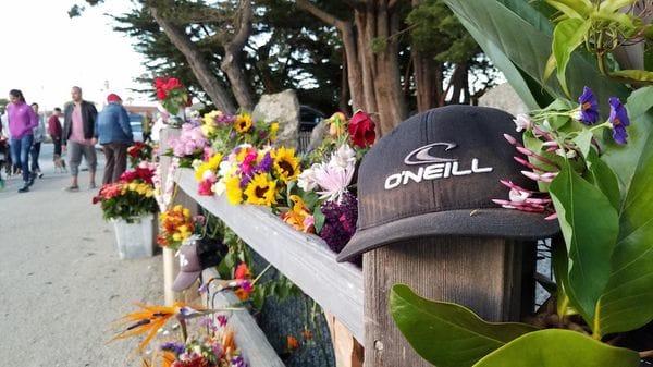 El homenaje de los seguidores de O´Neill en la entrada de su hogar de Santa Mónica, California