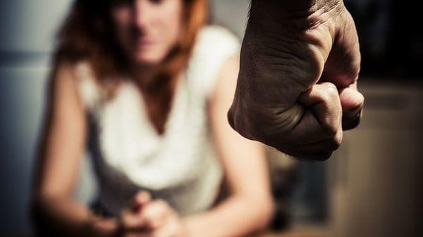 Quien maltrata, culpabiliza y hace sentir a la víctima responsable de todos los males. Esto se da a través del rechazo afectivo, la falta de escucha y del bloqueo de las iniciativas iniciativas de la víctima