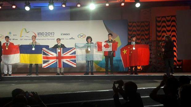 Ian Fleschler con la bandera argentina