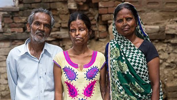 El padre asesino, junto a su mujer y su hija, que sobrevivieron al ataque