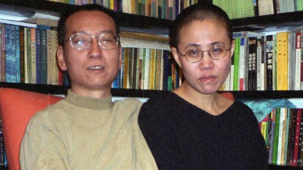 El disidente y premio Nobel chino Liu Xiaobo y su esposa, Liu Xia, en 2002 en Beijing