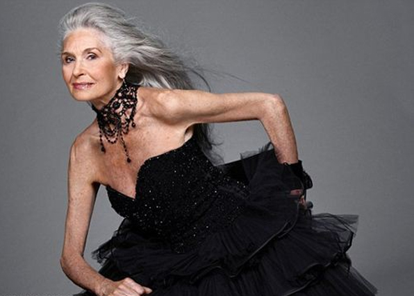 Mujer vieja vestida de joven