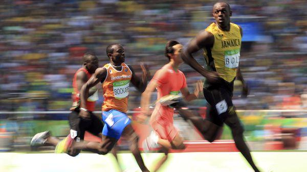 Usain Bolt mantiene su pierna izquierda en el suelo un poco más de tiempo que la derecha (Reuters)