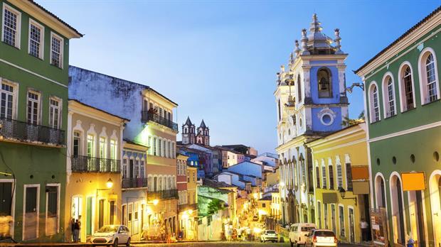 Las empinadas calles del Pelourinho, repletas de iglesias, música y fachadas de colores