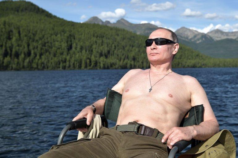 Putin también se dio un refrescante baño en un lago de la zona, donde, pese a ser verano, las temperaturas durante la noche descienden hasta los 5 grados sobre cero.<br>