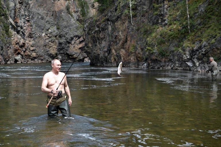Salir con el torso desnudo ya se ha convertido en una tradición para el jefe del Kremlin, que intenta así vender una imagen de hombre de acción y en perfecto estado de salud, cuando está a punto de cumplir los 65 años.