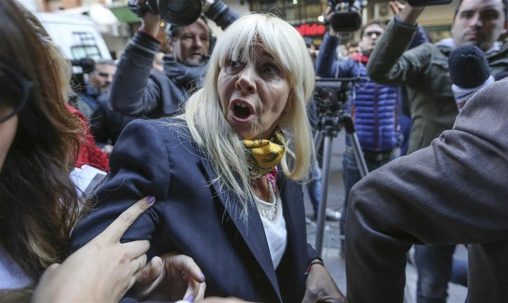 Claudia Villafañe le reclama 20 millones de dólares a Diego Maradona y Matías Morla