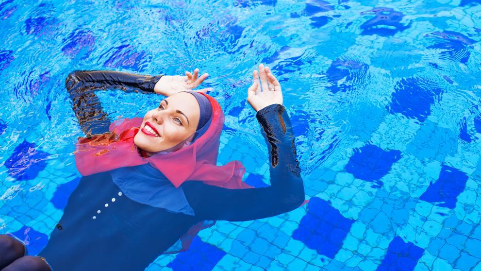 Piden a una mujer que se bañó en burkini que pague la desinfección de la piscina