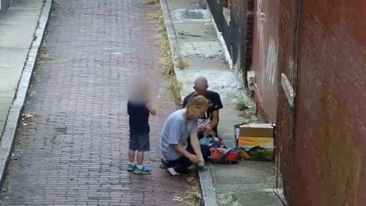 Una madre pinchándose heroína frente a su hijo, la imagen de la epidemia de adictos en EE.UU.