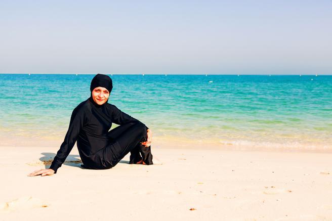 Una mujer con burkini en una playa de Dubai