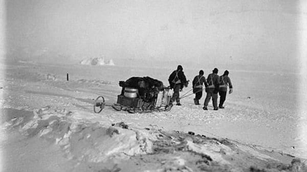 Una foto de la expedición del capitán Scott llevando un trineo con víveres