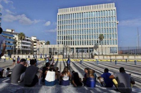 Muchos cubanos que tenían planificado viajar próximamente a Estados Unidos merodean por los alrededores de la embajada recabando más información.
