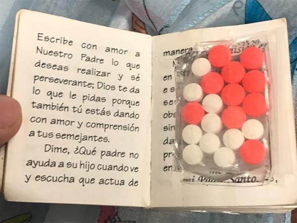 Un libro religioso que ocultaba pastillas de éxtasis