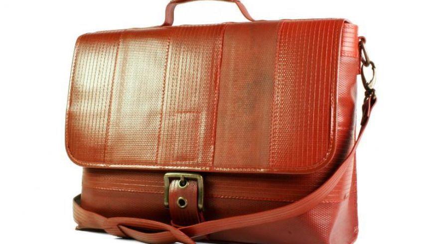 Conocé la marca de lujo que hace bolsos y carteras con mangueras de bombero