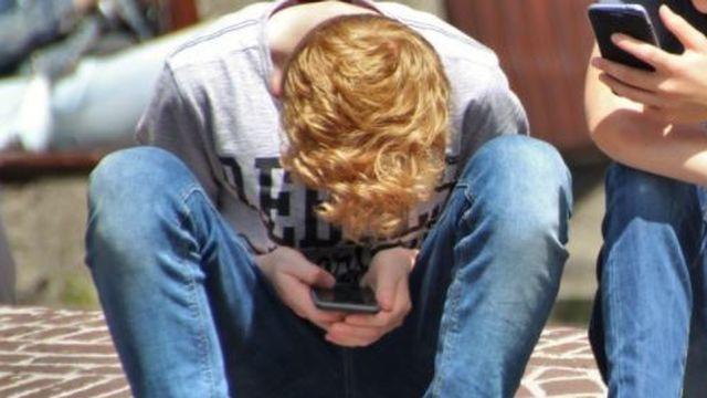 Francia prohibirá los móviles en los colegios y universidades el próximo curso