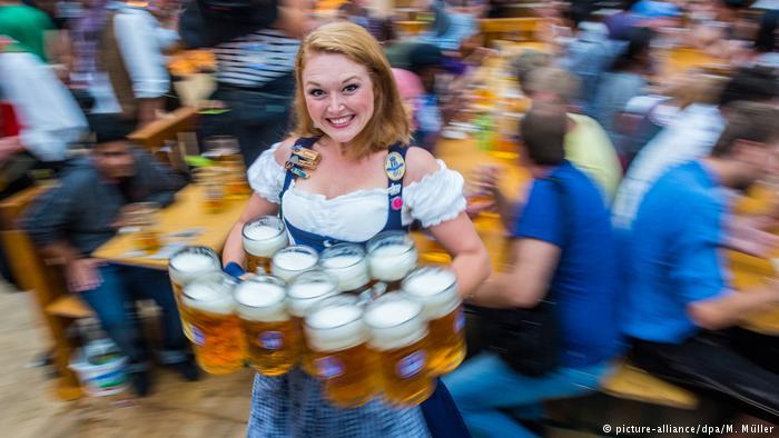 Un litro de cerveza en el Oktoberfest cuesta alrededor de 10 euros.