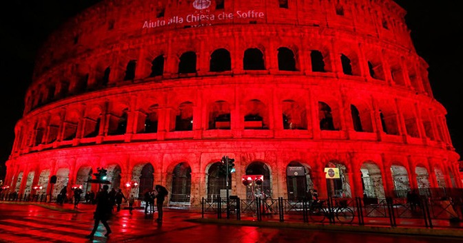 El Coliseo romano se iluminó de rojo por los cristianos perseguidos: éstas son sus cifras