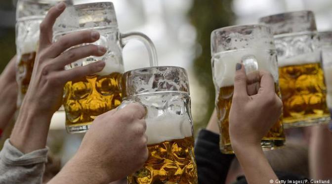 Los alemanes beben en promedio 500 botellas de cerveza al año – tan poco como nunca