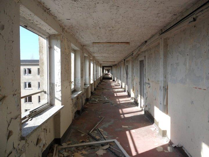 Se convirtió en un caparazón de construcción, un sueño nazi fallido que se fue a la decadencia durante las siguientes décadas ...