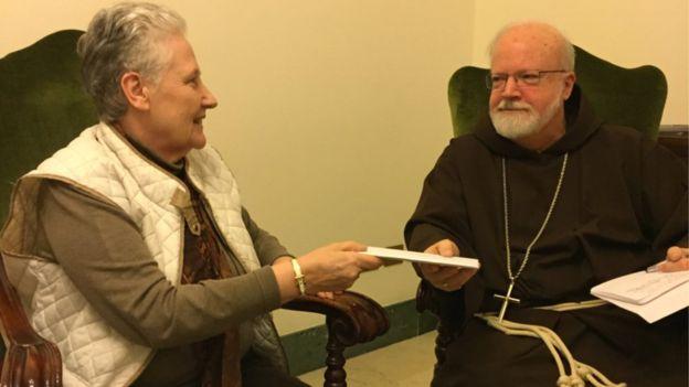 Marie Collins entrega carta a Sean O'Malley