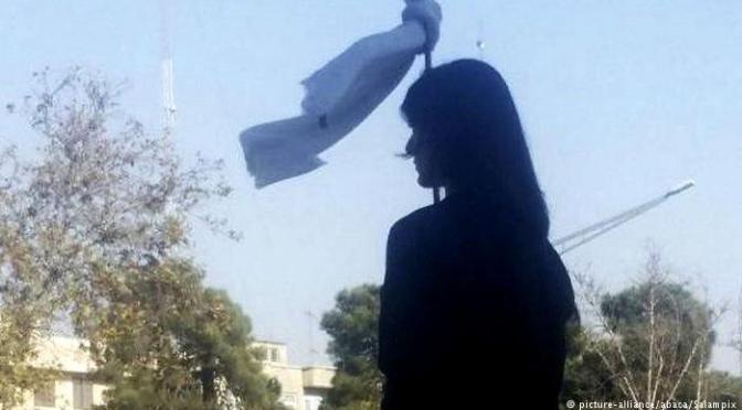 """Policías apalean a una mujer en Irán por no vestir de manera """"islámica"""""""