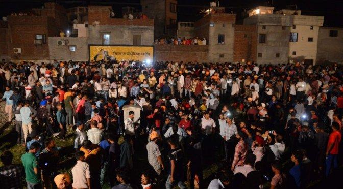 Tren arrolló a multitud durante celebración religiosa: hay más de 60 muertos