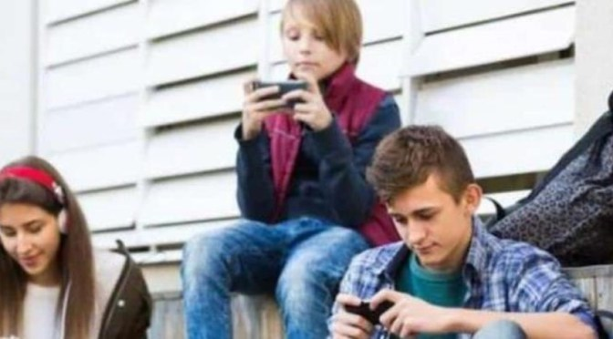 Cinco de cada diez adolescentes tienen el celular al alcance de su mano 12 horas diarias