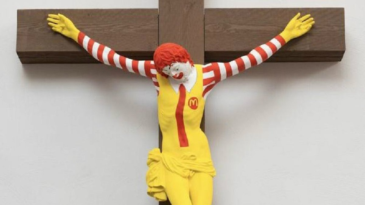 Protestas en Israel por una estatua de Ronald McDonald crucificado