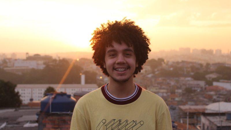 Brasil: Joven escritor de la periferia de São Paulo vende libros de mano en mano para ir a Alemania