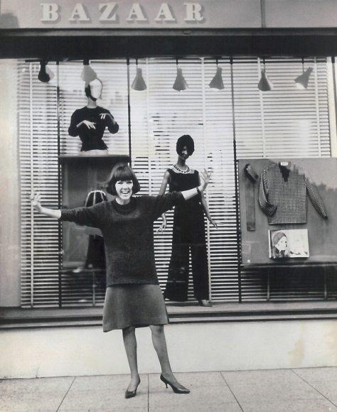 Mary Quant frente a su shop Bazaar en Kings Road, durante los '60