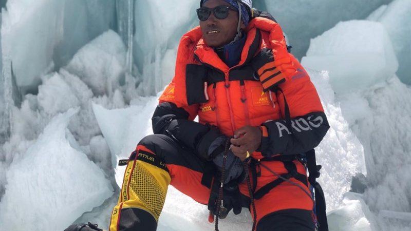 Sherpa Kami Rita marca un récord al escalar el monte Everest 24 veces
