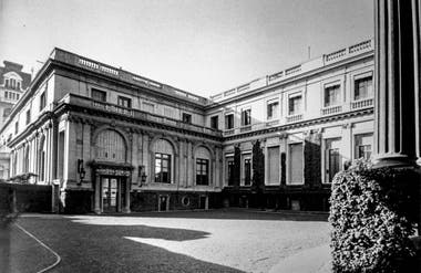 Vista de la fachada principal de la residencia de Saturnino J. Unzué sobre la calle Cerrito.