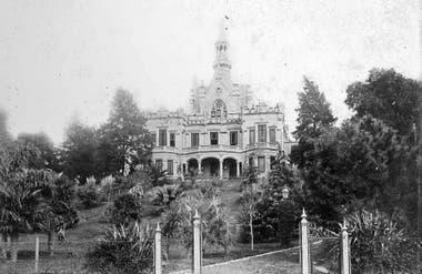 Vista de la fachada principal de la Quinta Loreley desde la Avenida Luis María Campos.