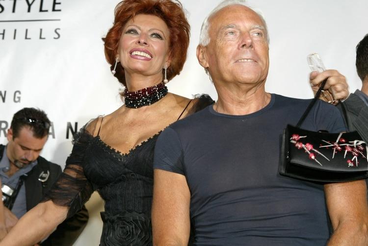 """El diseñador junto a la reconocidaactriz italiana Sophia Loren cuando recibía el reconocimiento """"Rodeo Drive Walk of Style Award"""" por sus importantes aportes a la moda(Shutterstock)"""
