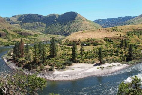 El cañón Cooper's Ferry en Idaho, Estados Unidos. Los científicos dicen que encontraron artefactos que indican que personas vivían allí hace alrededor de 16.000 años (Loren Davis vía AP)