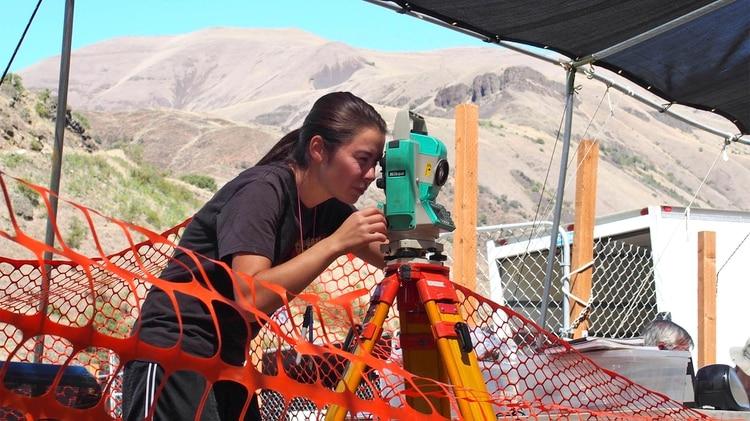 Uno de los investigadores toma medidas en la zona de la excavación (Loren Davis vía AP)