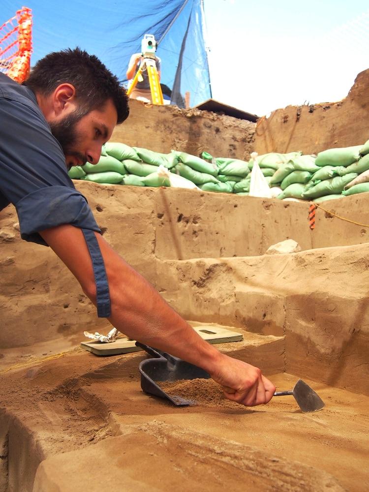 Uno de los arqueólogos trabaja en el cañón Cooper, al oeste de Idaho (Loren Davis vía AP)