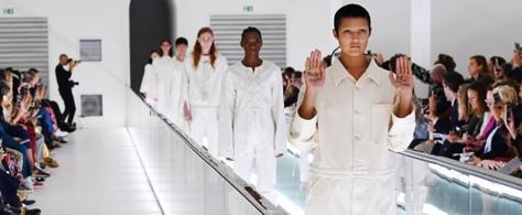 Modelo Ayesha Tan Jones realizando una crítica durante la pasarela de SS20 de Gucci.