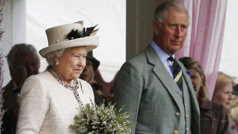 La reina Isabel, y su hijo y heredero al trono, el príncipe Carlos