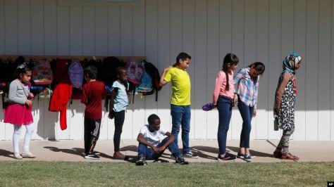 Niños de todo el mundo están aprendiendo inglés y las costumbres del aula estadounidense que necesitan para tener éxito en las llamadas escuelas para recién llegados.